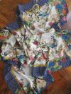 Viacfarebná hodvábna šatka s tmavomodrou bordúrou a bielym podkladom v darčekovom balení