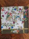 Viacfarebná hodvábna šatka s čiernou bordúrou a bielym podkladom v darčekovom balení