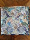 Viacfarebná hodvábna šatka s ornamentmi v pastelových farbách