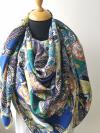 Viacfarebná hodvábna šatka s ornamentmi s dôrazom kráľovskej modrej